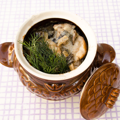 Мясное ассорти с грибами под соусом бешамель в горшочке