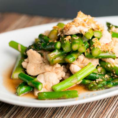 Теплый салат с курицей и спаржей