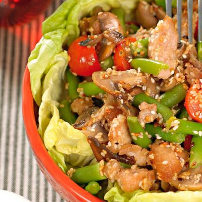 Теплый салат из куриного филе и спаржевой фасоли