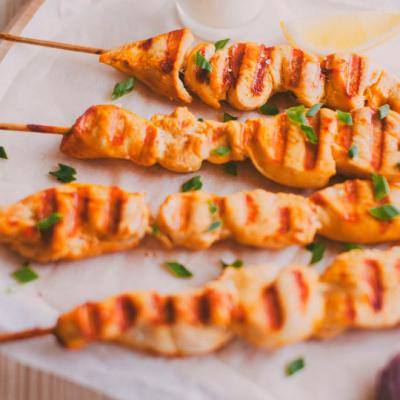 Chicken skewers in lemon-garlic marinade